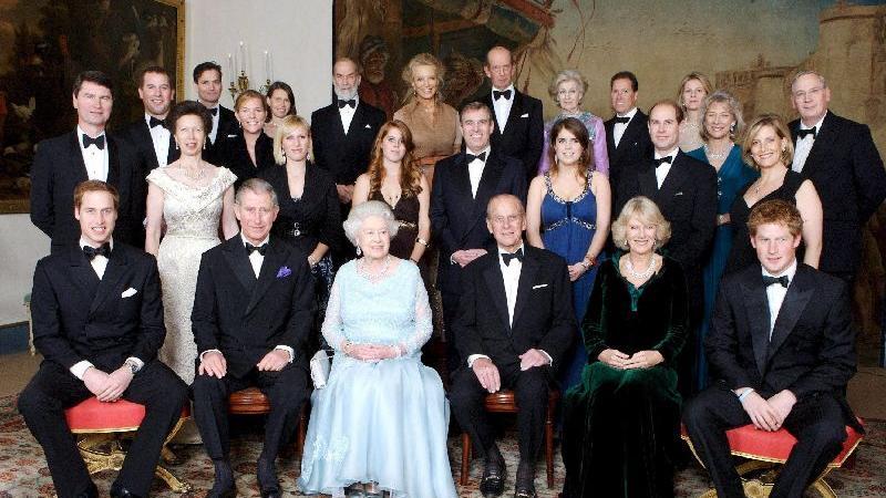Royales Familienfoto anlässlich der Diamantenen Hochzeit von Queen Elizabeth und dem Duke of Edinburgh, aufgenommen im November 2007.  Ans Abdanken denkt die Monarchin bisher offensichtlich nicht. Die alte Dame erfreut sich bester Gesundheit.