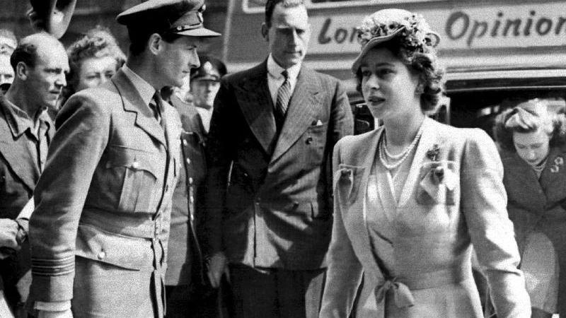 Prinzessin Margaret (rechts), die Schwester der heutigen Queen Elizabeth II., auf einer Aufnahme aus dem Jahr 1946. Margaret starb am 9. Februar 2002 im Alter von 71 Jahren im Londoner King-Edward-VII.-Krankenhaus. Bereits in den Jahren zuvor hatte sie mehrere Schlaganfälle erlitten und war an den Rollstuhl gefesselt.