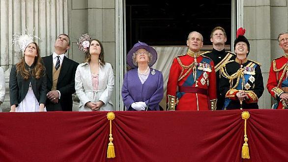 Im Frühjahr 2006 feierte die Queen ihren 80. Geburtstag. Auf dem Balkon von Buckingham Palace beobachtet sie hier mit ihrer Familie den Vorbeiflug der Royal Air Force - zu ihren Ehren, versteht sich.