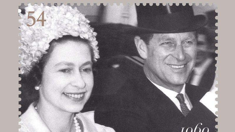 Am 20. November 1947 heiratete die damalige Prinzessin Elizabeth den britischen Kriegsmarineoffizier Lieutenant Sir Philip Mountbatten, der vor der Hochzeit zum Duke of Edinburgh ernannt wurde. Er ist ein Cousin dritten Grades von Elizabeth. Hier ist das Paar auf einer Jubiläums-Briefmarke abgebildet.