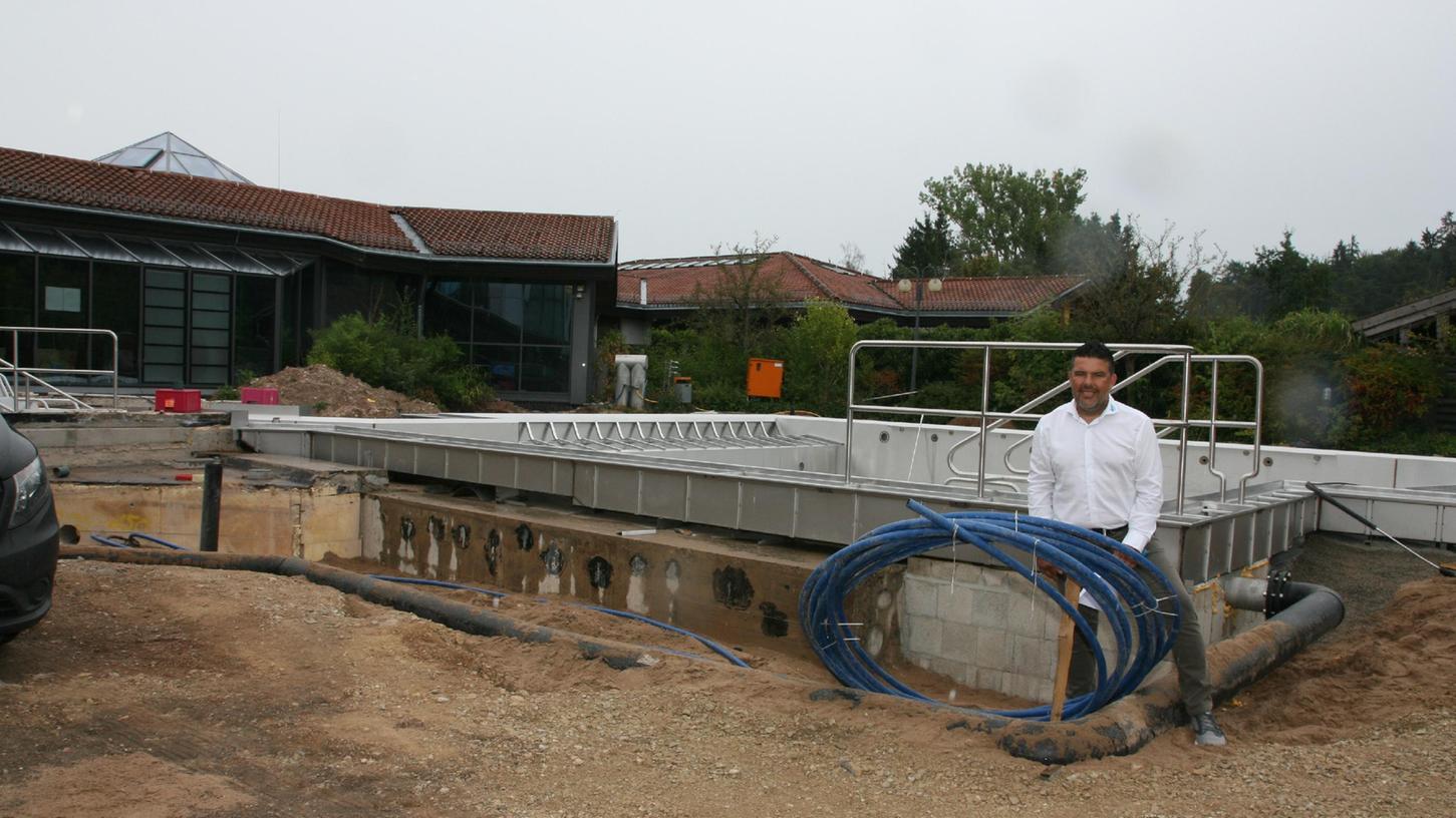 Betriebsleiter Patrick Geiger freut sich auf die Hallensaison im Freizeitbad Atlantis in Herzogenaurach: Hier steht eram neuen Außenbecken .