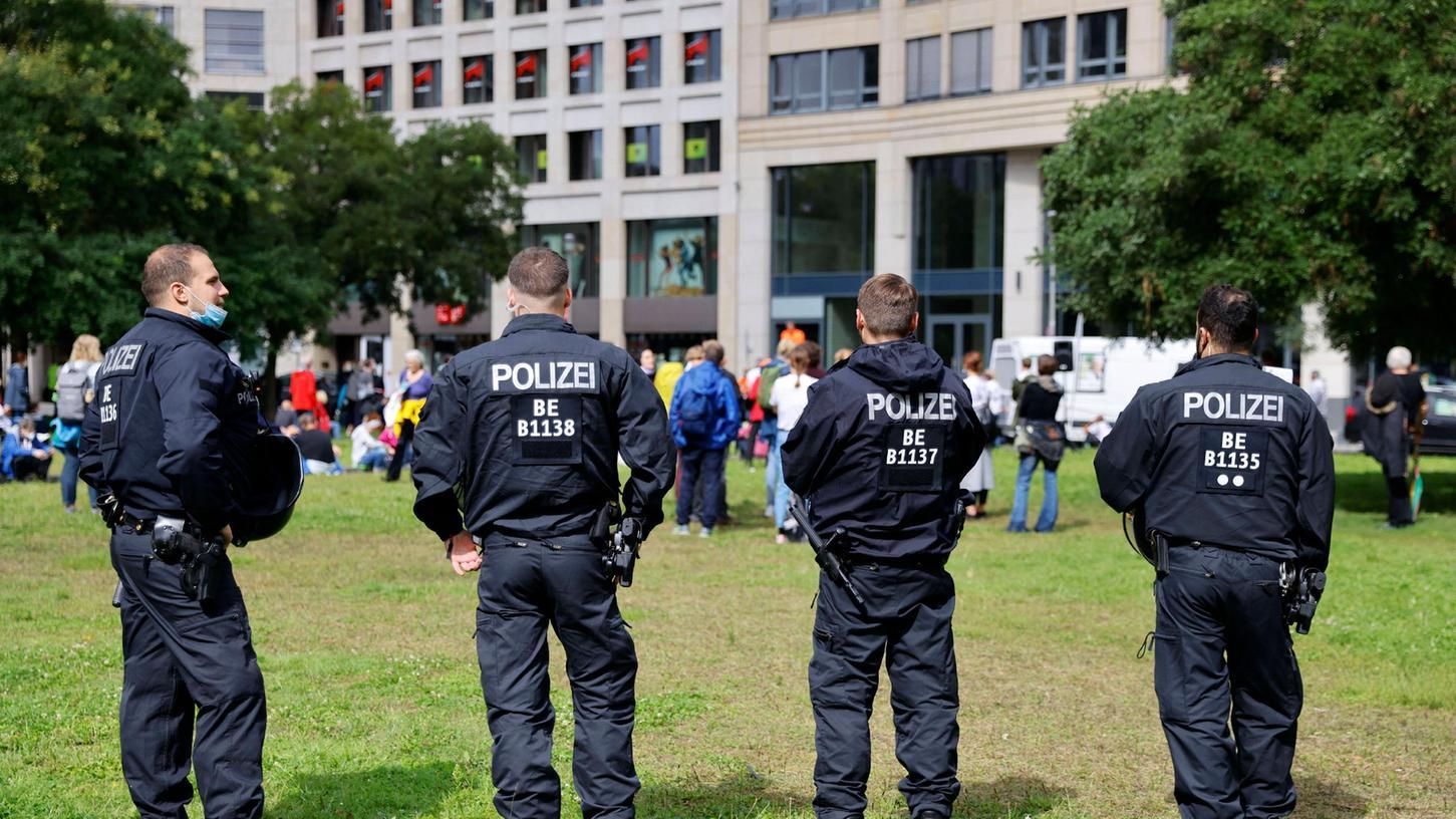 Beamte der Berliner Polizei im August 2021 bei Demonstrationen gegen die deutsche Corona-Politik. Das Problem der vielen Überstunden wird sich aus Sicht derInnenministerauch nach der Corona-Krise nicht in Luft auflösen.