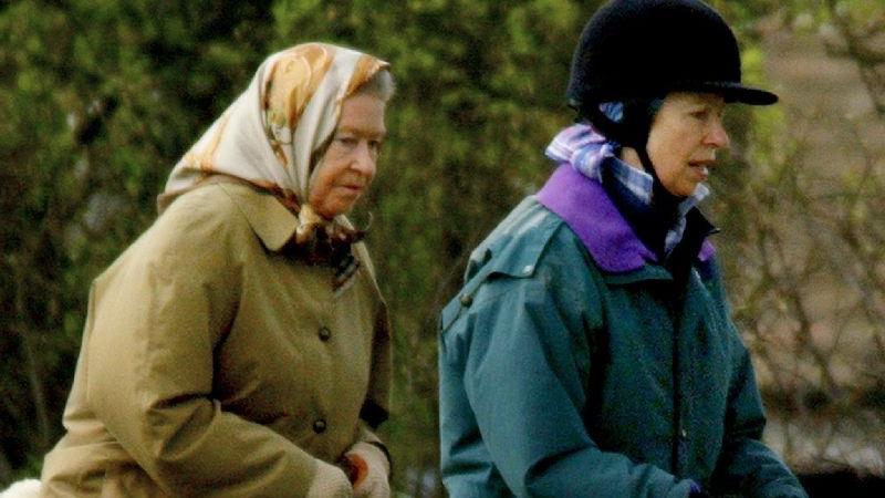 Auch in späteren Jahren schwang sich die Königin noch gerne in den Sattel. Auf diesem Foto aus dem Jahr 2002 ist sie auf einem gemeinsamen Ausritt  mit ihrer Tochter Prinzessin Anne auf den Ländereien von Schloss Windsor zu sehen. Seit einiger Zeit geht Elizabeth II aus Altersgründen ihrem geliebten Hobby nicht mehr nach. Für Pferderennen kann sich die Monarchin aber bis heute begeistern.