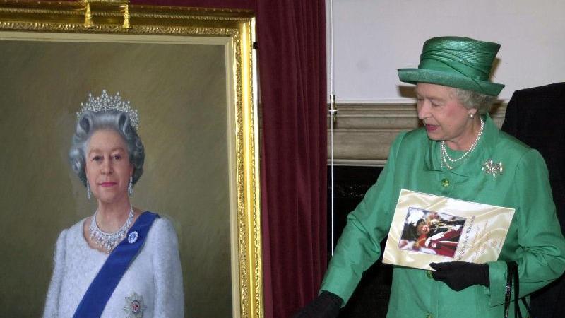 """""""God save the Queen"""": Elizabeth II. enthüllt auf Schloss Windsor ein Gemälde, das der Künstler Theodore Ramos zu Ehren ihres goldenen Thronjubiläums angefertigt hat (Archiv-Foto Juni 2002).  Die Queen ist eine konservative Frau, der Tradition gehorchend, pflichtbewusst und diszipliniert. Dennoch sollte es im Laufe der Jahrzehnte ihrer Regentschaft eine stetige Anpassung der Monarchie an den Zeitgeist geben. So gehören etwa Facebook und Twitter heute zu den völlig normalen Kommunikationsmitteln des Hofes."""
