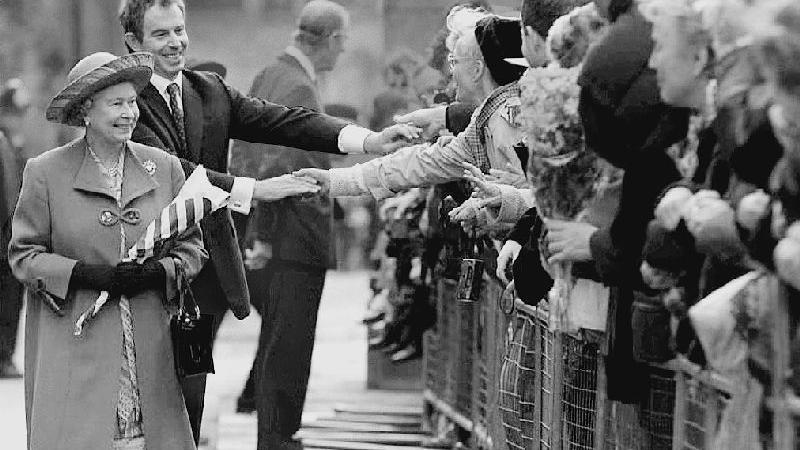 Die Queen nach einem Gottesdienst in der Londoner Westminster-Abtei anlässlich der Goldenen Hochzeit von Königin Elizabeth II. und Prinz Philip - im Hintergrund Ex-Premierminister Tony Blair.  Nach dem Tod der beliebten Prinzessin Diana am 31. August 1997 musste die Monarchin viel Kritik einstecken, weil sie zunächst keine öffentliche Trauer zeigte und sich nicht in einer offiziellen Ansprache an das Volk wandte.