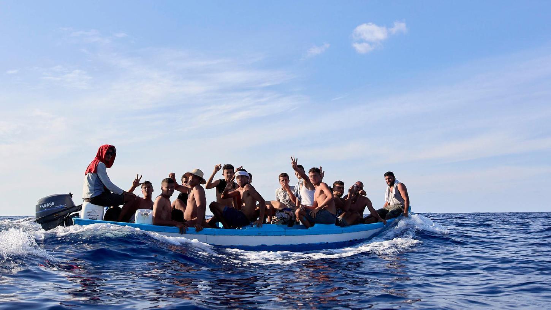 Eine Gruppe vonMigranten aus Tunesienfährt in einem kleinen Fischerboot durch das Mittelmeer in Richtung der Insel Lampedusa, die zu Italien gehört.