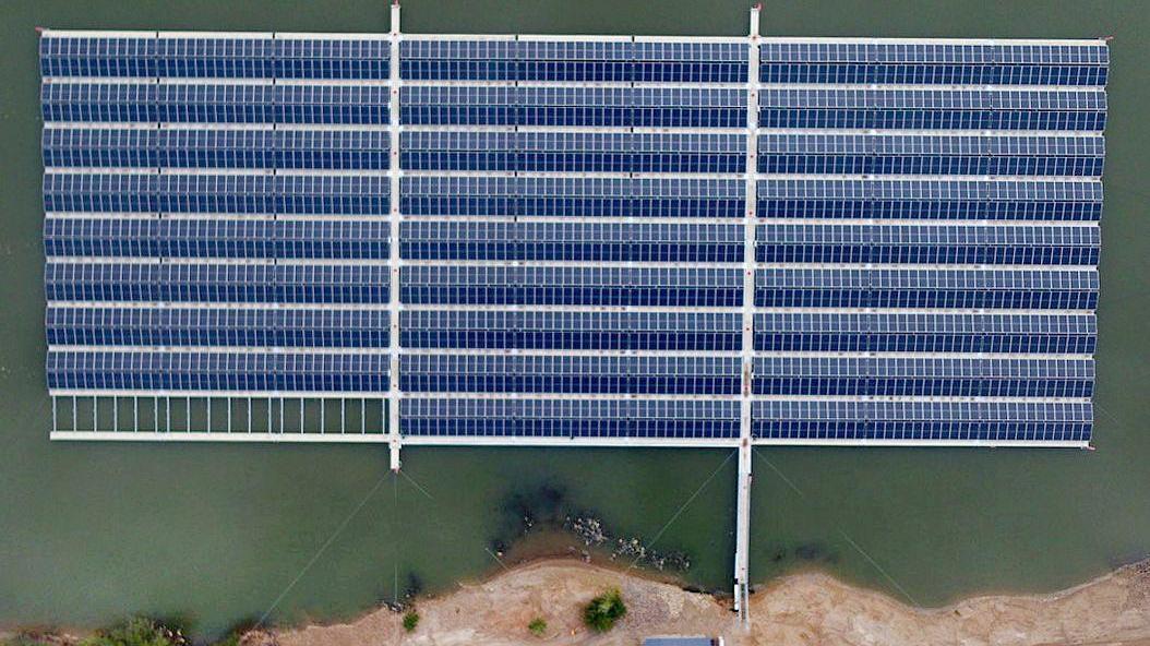 Eine Solaranlage auf dem Wasser, wie hier auf dem Baggersee eines Kiesproduzenten in Deutschland, könnte Flächen wie grüne Wiesen und Co schonen.