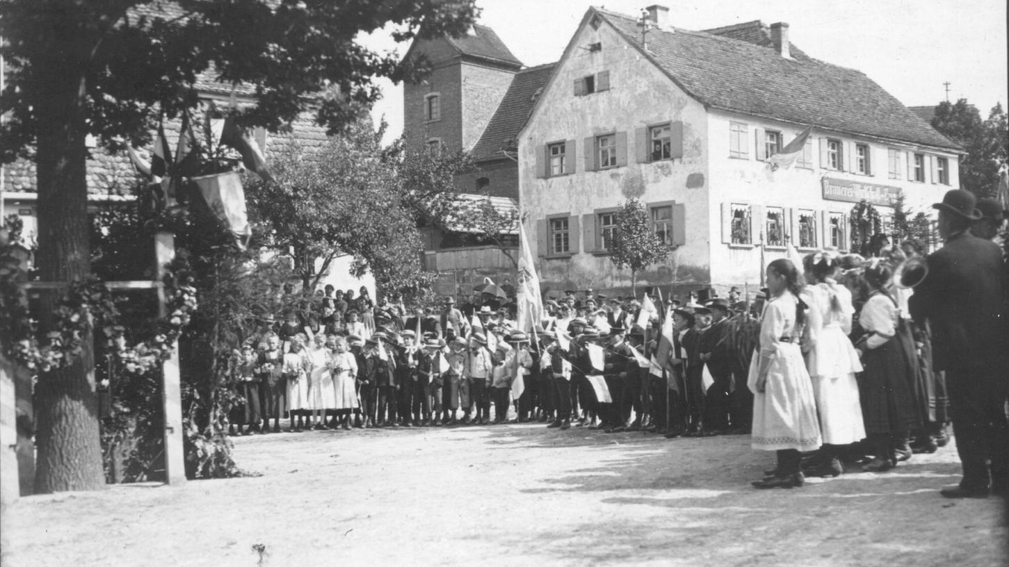 """Am 1. September 1895 wurde erstmals mit einer großen Feier an die kriegsentscheidende Schlacht bei Sedan erinnert. Diese Aufnahme aus dem """"Alt-Bernemer Bilderbüchla"""" entstand einige Jahre später, um die Jahrhundertwende."""