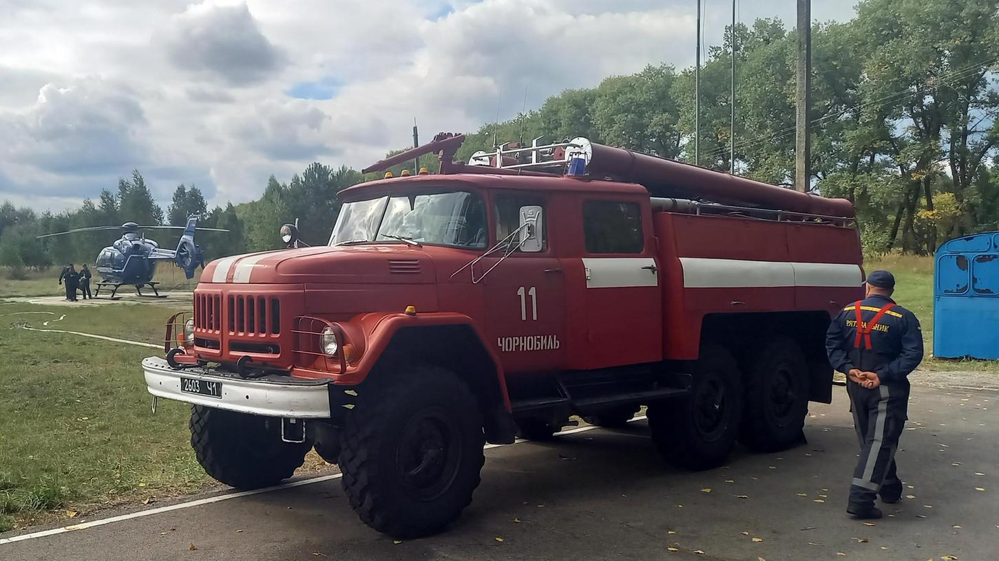 Ein Feuerwehrauto sowjetischer Bauart steht am Hubschrauberlandeplatz in der nach dem Atomunglück von 1986 geräumten Kleinstadt Tschernobyl.