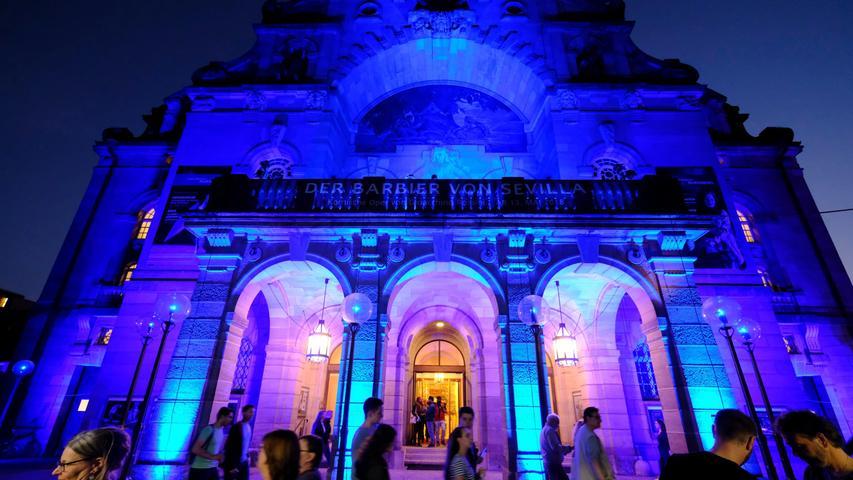 Sieht auch noch gut aus, besonders von außen und in der Blauen Nacht. Doch das Nürnberger Opernhaus muss dringend saniert werden.