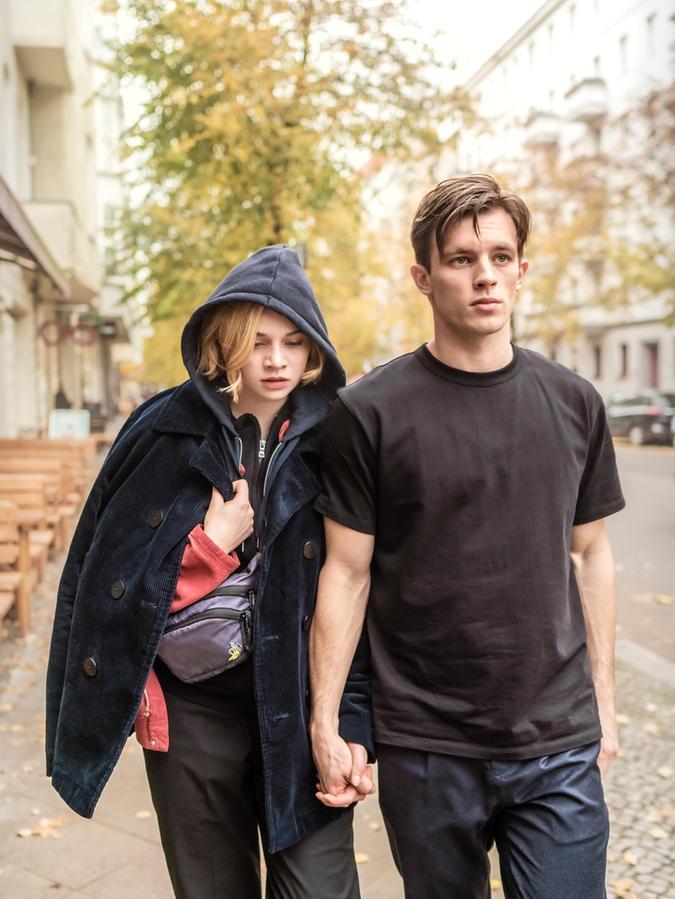 Karl (Jannis Niewöhner) begegnet Maxi (LunaWedler) als Retter in großer Not. Sie verliebt sich inihn, er führt anderes im Schilde.