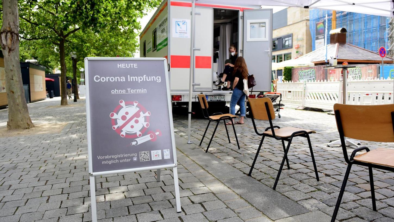 Der Impf-Container auf der Fürther Freiheit (im Bild) soll bleiben, der rote Impfbus künftig eine feste Route im Landkreis fahren.