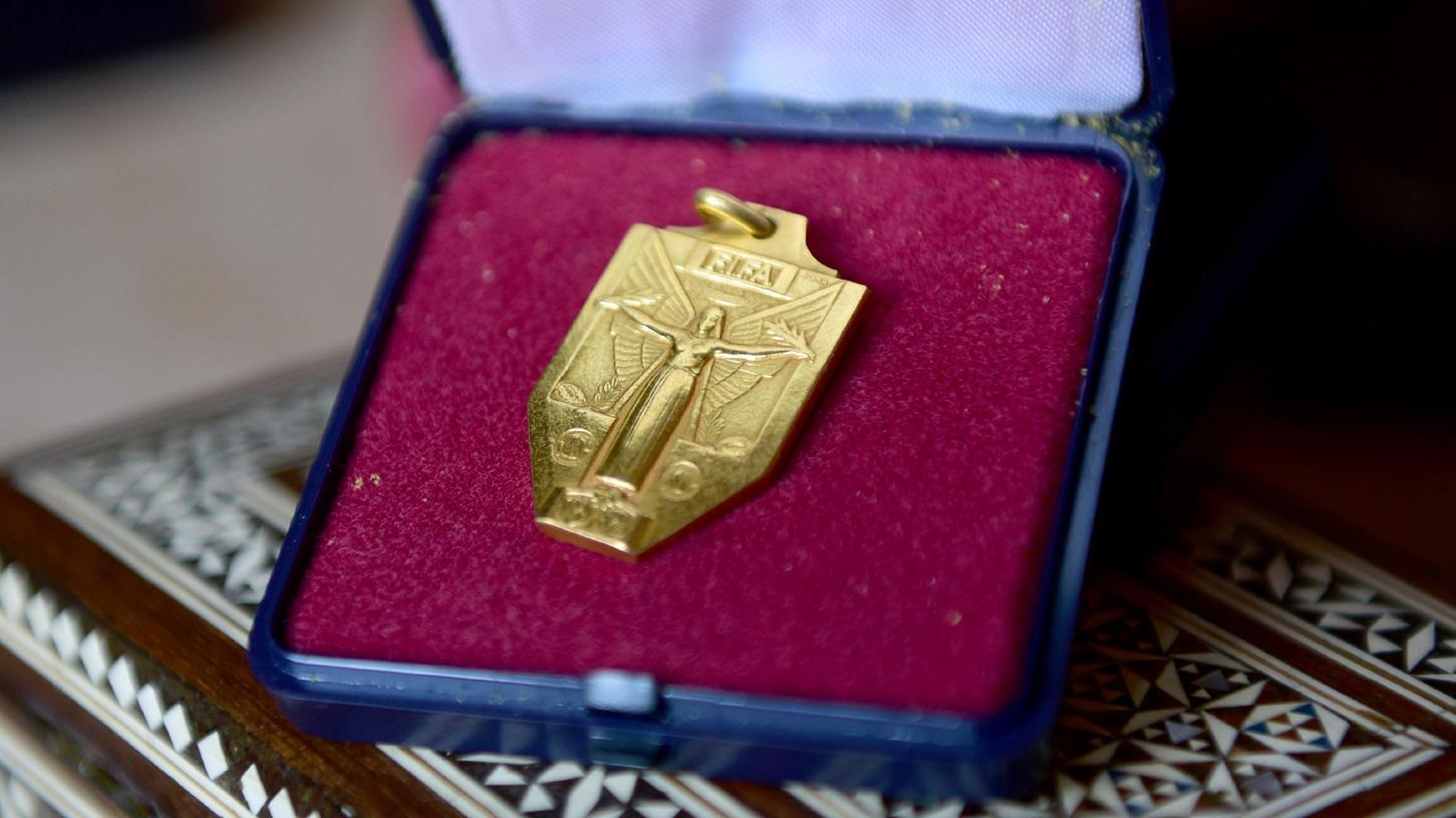 21 Gramm historisches Gold: Kleeblatt-Sammler kauft WM-Medaille von Charly Mai