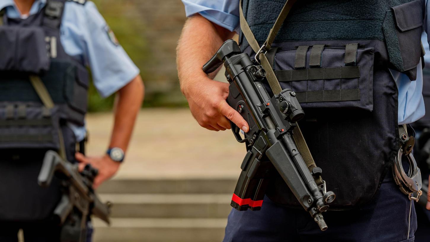 Bewaffnete Polizisten stehen vor der Synagoge in Hagen. Nach dem Polizeieinsatz hat esmehrere Festnahmen gegeben.