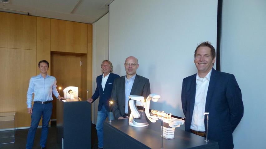 Präsentieren Medizinmodelle von Siemens Healthineers (von links): Viktor Naumann, Frank Geppert, Carsten Bertram und Horst Schmidt.