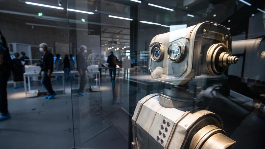 Die Zukunfts-Gadgets von heute sind der Schrott von morgen: Der Film-Roboter Robbi aus dem Jahr 2016 steht nun im Nürnberger Zukunftsmuseum.