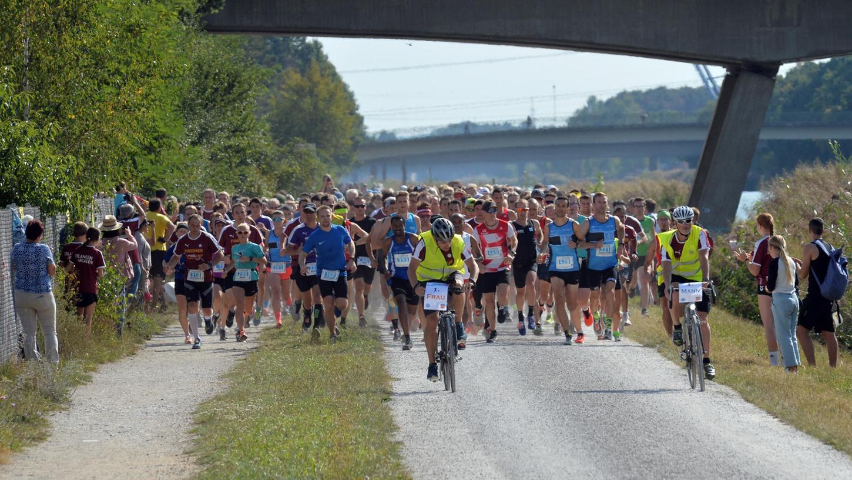 2019 sind sie noch gelaufen: Rund 800 Teilnehmer sind in der Regel beimArcadenlauf in die Mönau dabei. Hier starten die Sportler gerade auf die Zehn-Kilometer-Runde.