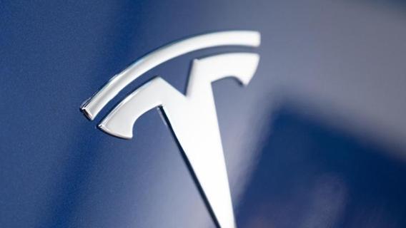 Neue Idee bei Tesla: Laserstrahlen sollen Autoscheibe reinigen