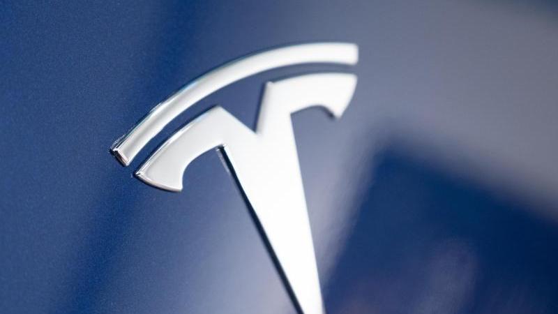 Tesla hat eine neue, verrückte Idee: Statt Scheibenwischern soll ein Laser bei Autos eingesetzt werden.