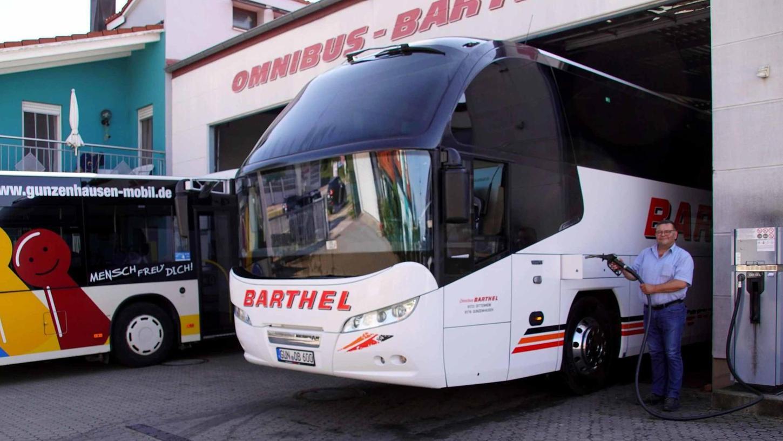 """Omnibusunternehmer Jürgen Barthel beim Betanken eines Omnibusses mit dem umweltfreundlichen """"Shell GTL Fuel""""-Kraftstoff."""