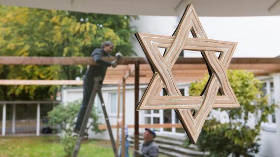 Laubhütte XXL in Erlangen: Aktion gegen Antisemitismus und Vorurteile