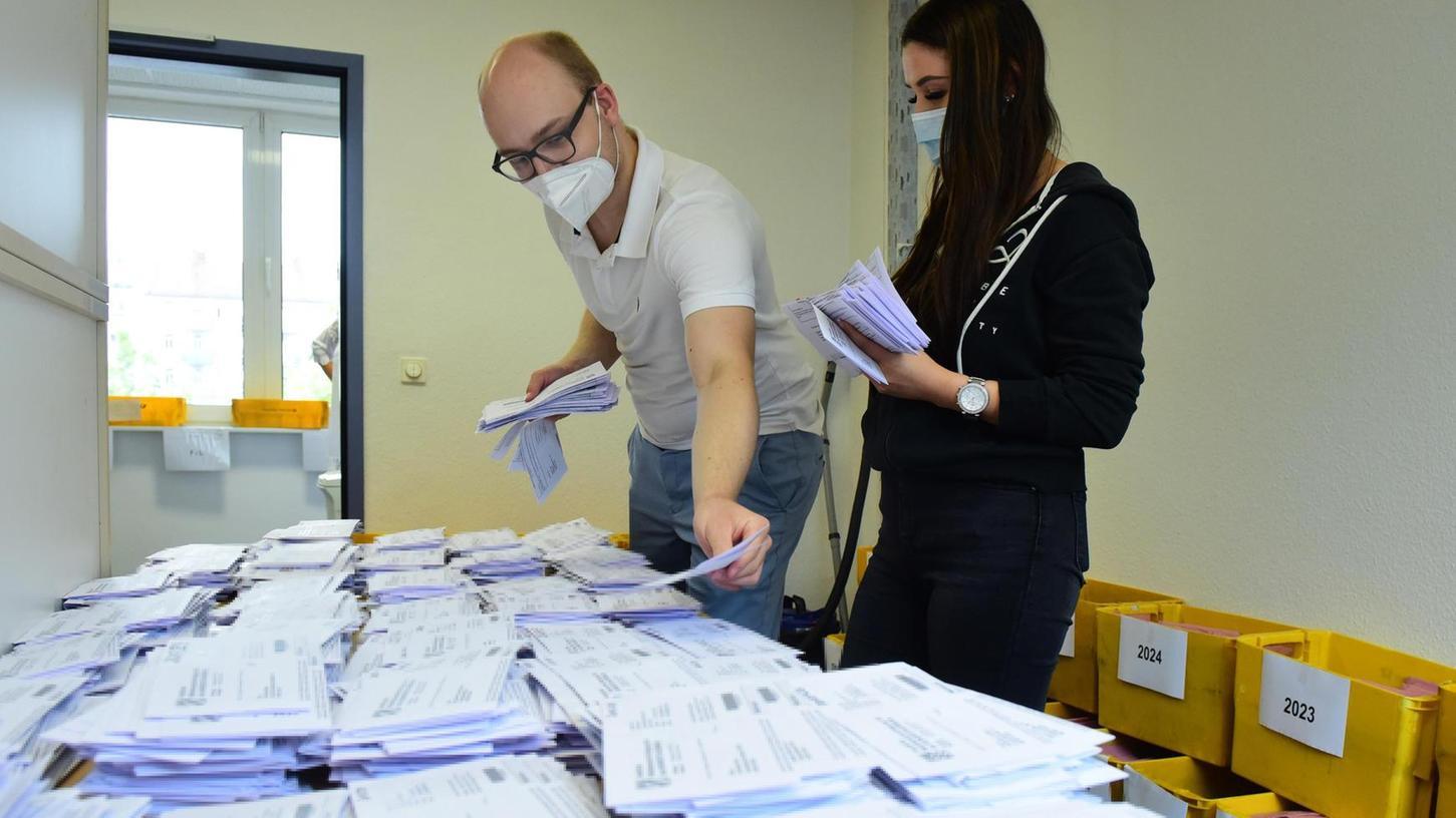 Lukas Nüßlein und Veronika Gelbling gehören zum Team im Bürgeramt, das die Anträge auf Briefwahl sortiert.