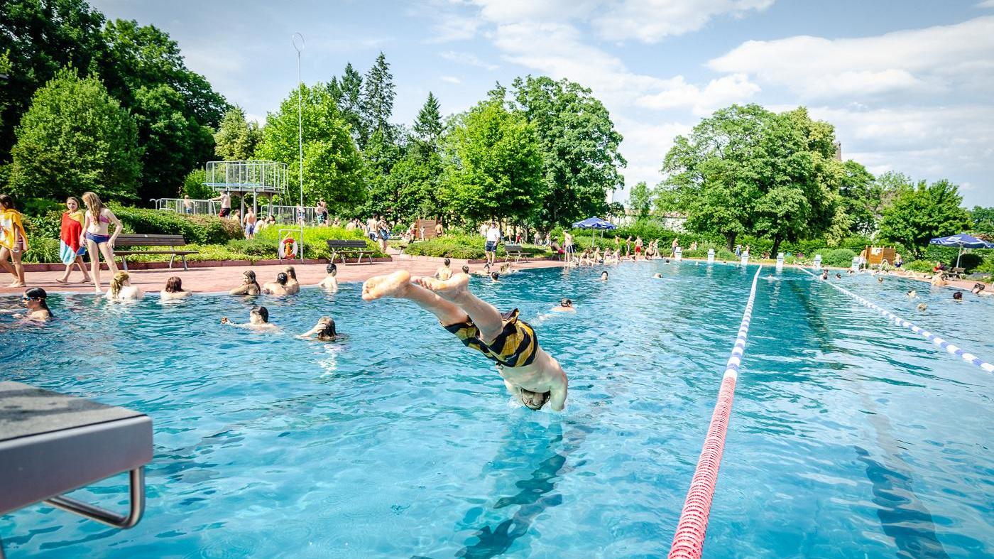Ein Sprung ins kühle Nass: 50.000 Schwabacher nutzten diesen Sommer das Parkbad. Immerhin, denn die Saison begann spät und die Sonne machte sich rar.