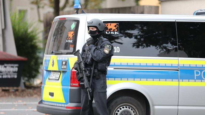 Ein schwerbewaffneter Polizist des Unterstützungskommandos.