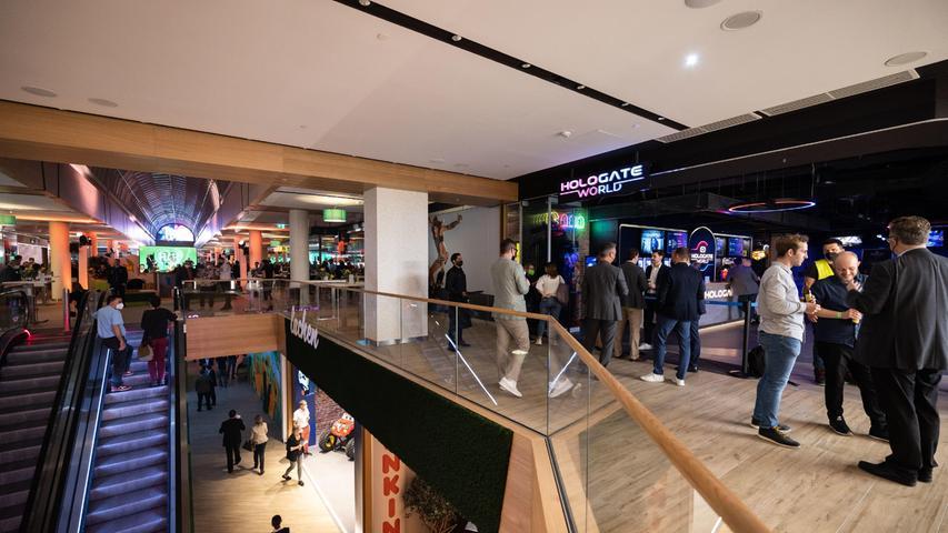 Einweihungsfeier im neuen Einkaufszentrum Flair mit geladenen Gästen, am Abend  vor der offiziellen Eröffnung. Pre-Opening.  Das frühere City-Center wurde nach langem Leerstand komplett modernisiert.