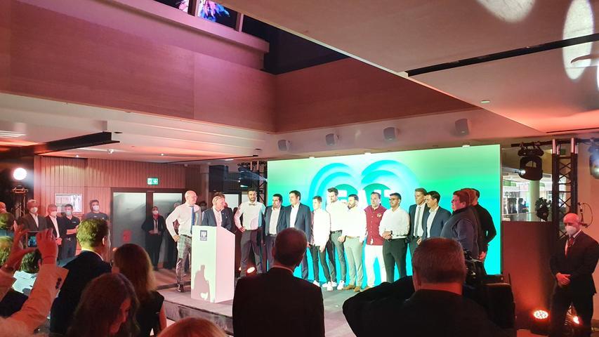 Teamwork: P&P-Chef Michael Peter holte die Mitarbeiterinnen und Mitarbeiter auf die Bühne, um sich bei ihnen zu bedanken.