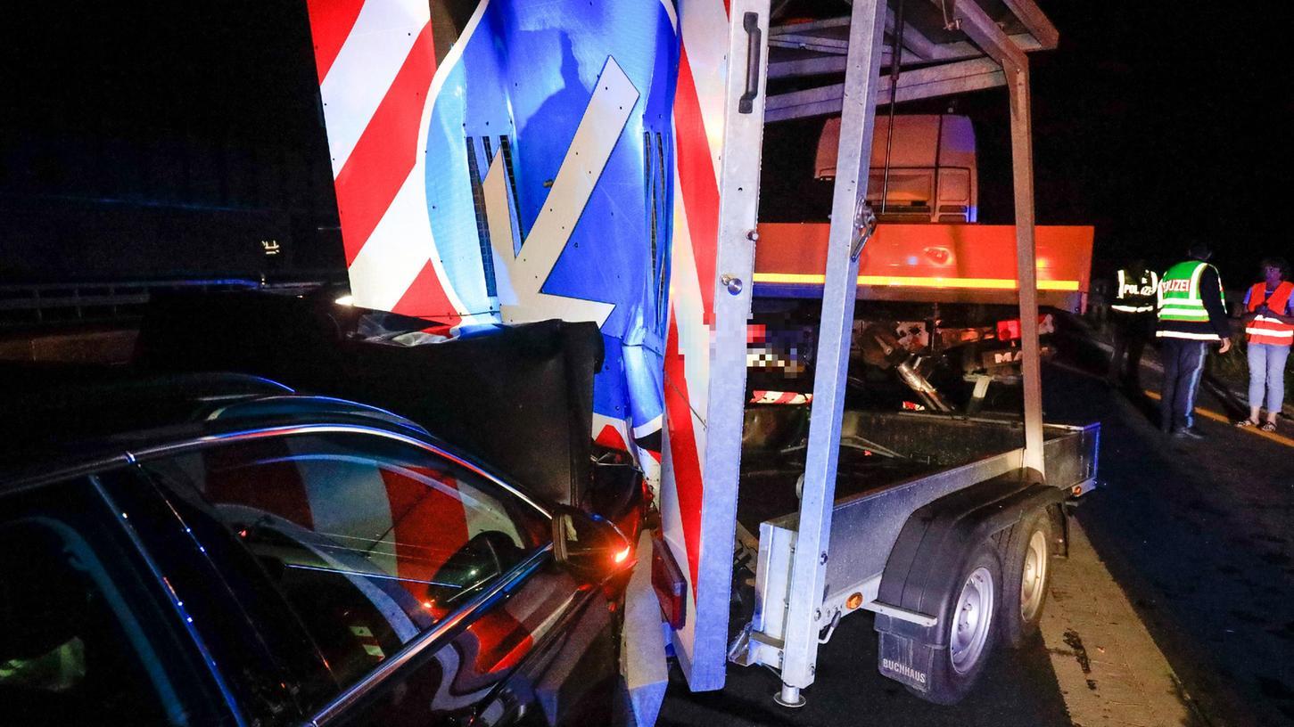Am späten Donnerstagabend krachte ein Pkwbei Eltersdorf ohne Fremdeinwirkung in ein Sicherungsfahrzeug.