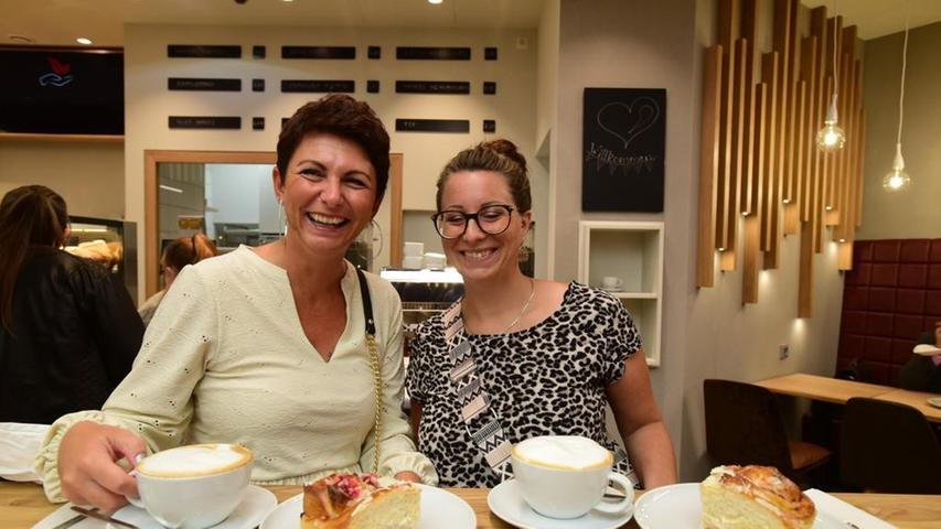 Jennifer Montag und Stephanie Ein hatten sich voller Vorfreudeverabredet für den Tag: Sie genießen den ersten Milchkaffee im Flair.