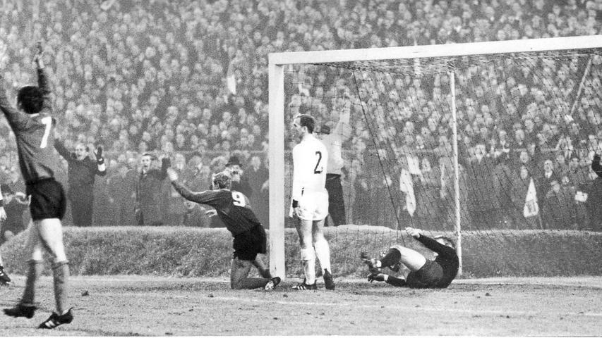 ...2. Dezember 1967 bei drei Punkten Vorsprung die Bayern. Der FCN watschte die Münchner vor 65.000 frenetischen Anhängern mit 7:3 aus dem Stadion. Nürnbergs Goalgetter Franz Brungs hat eben die erste seiner fünf Buden gegen einen chancenlosen FCB gemacht, Nationaltorwart Sepp Maier ist geschlagen.