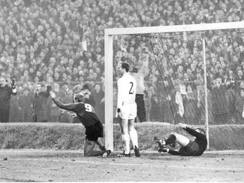 Jubelszene beim legendären 7:3-Heimtriumph des 1. FCN gegen die Bayern Anfang Dezember 1967! Am 16. Spieltag der Saison 67/68 schossen die Clubberer den FCB fulminant aus dem eigenen Stadion. Nürnbergs Goalgetter Franz Brungs hat eben den ersten seiner fünf Treffer gegen die chancenlosen Bayern markiert, Nationaltorwart Sepp Maier ist geschlagen. Am Ende dieser Spielzeit wurde der Club letztmals Deutscher Meister, die Bayern