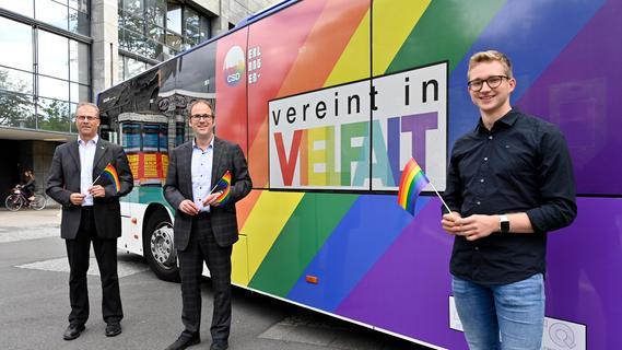 Regenbogenbus wirbt in Erlangen für Vielfalt
