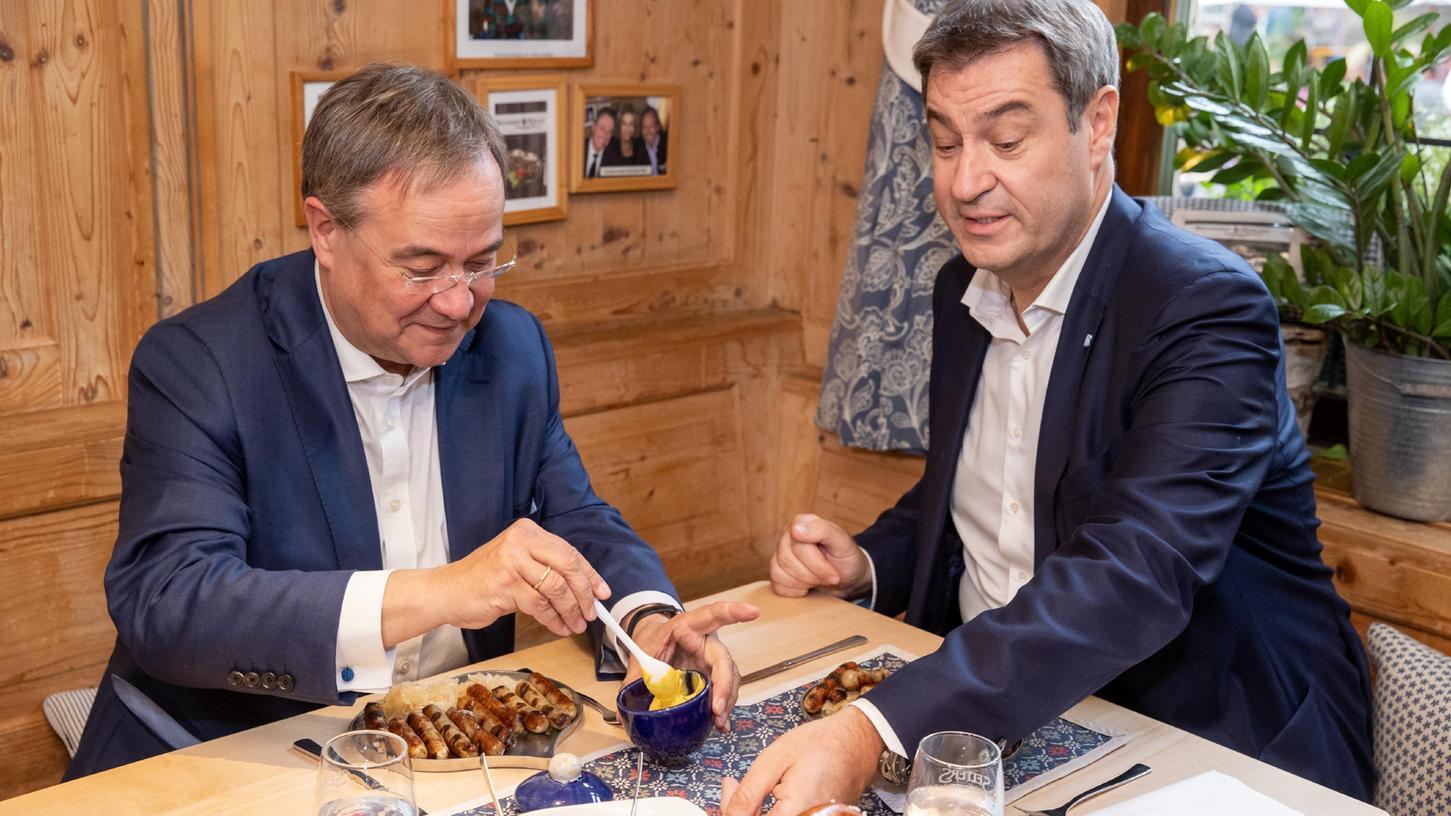 Armin Laschet kam für einen Wahlkampftermin nach Nürnberg - und genehmigte sich mit Markus Söder Bratwürste mit Sauerkraut.