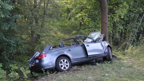 Nach Unfall: Mann lässt verletzten Beifahrer in Autowrack zurück und flieht