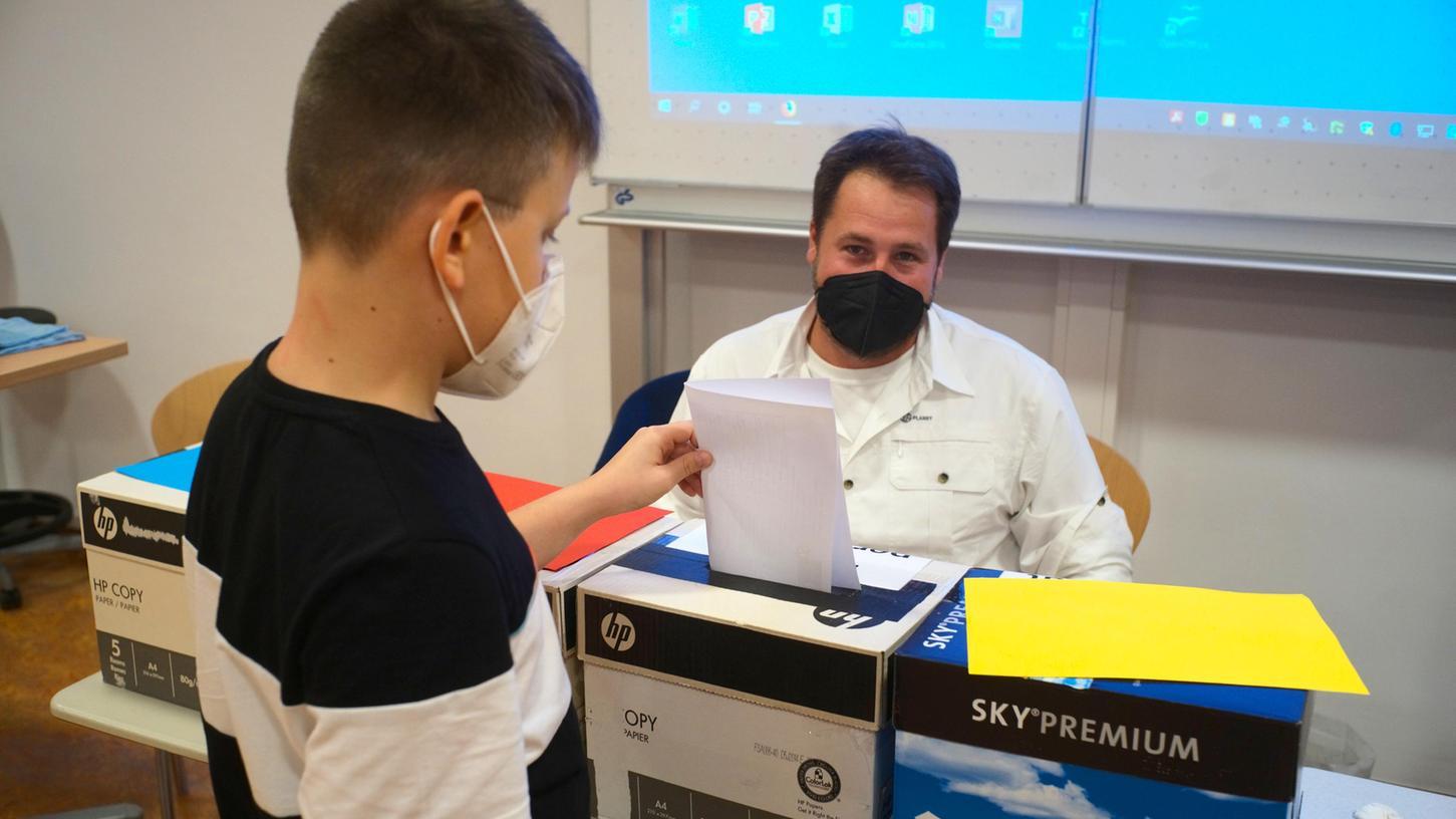 Bayernweit haben Kinder und Jugendliche vor allem am Freitag in rund 700 Wahllokalen ihre Stimme abgegeben. Hier zum Beispiel im Willstätter Gymnasium in Nürnberg.