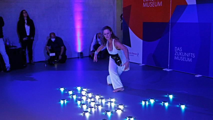 Tanzen mit Robotern? Im Zukunftsmuseum ist alles möglich. Zum Festakt bekamen die geladenen Gäste eine Kostprobe, wie das aussehen kann.