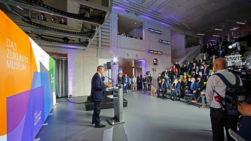 Aufgrund der Corona-Pandemie konnten nur wenige Gäste live bei der Eröffnungsfeier dabei sein. Insgesamt kamen rund 300 Persönlichkeiten aus Politik, Wirtschaft und Gesellschaft ins Zukunftsmuseum - alle anderen konnten die Veranstaltung per Live-Stream mitverfolgen.