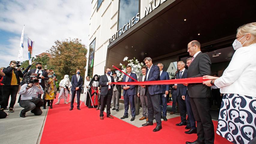 Offiziell eröffnet und ab in die Zukunft: Symbolisch durchschnitt Bayerns Ministerpräsident das rote Band mit einem Laserschwert.