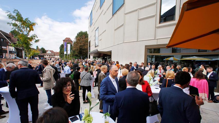 Lockeres Get-together nach der Eröffnung: Rund 300 Gäste aus Politik, Wirtschaft und Gesellschaft feierten das Zukunftsmuseum bei kalten Getränken und Häppchen.