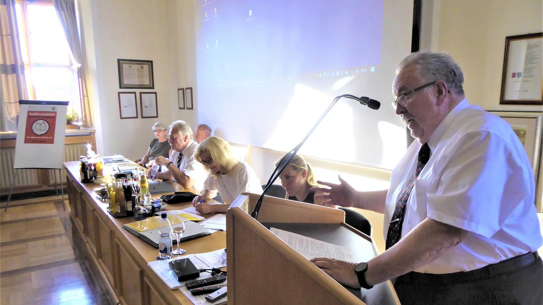 Seit 37 Jahren gehört Bernd Schnizlein (SPD) dem Neustädter Stadtrat an, wofür ihn Bürgermeister Klaus Meier mit anderen langjährigen Ratsmitgliedern ehrte.