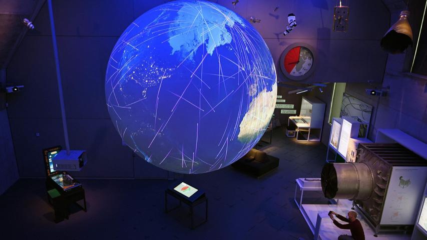 Die große Kugel im Themenbereich System und Erde wird von mehreren Projektoren mit aktuellen Satellitendaten beleuchtet.