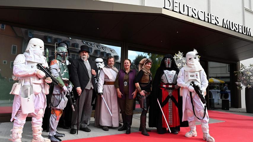 Auch die Star-Wars-Truppe posierte bei der Eröffnung des Zukunftsmuseum auf dem roten Teppich.