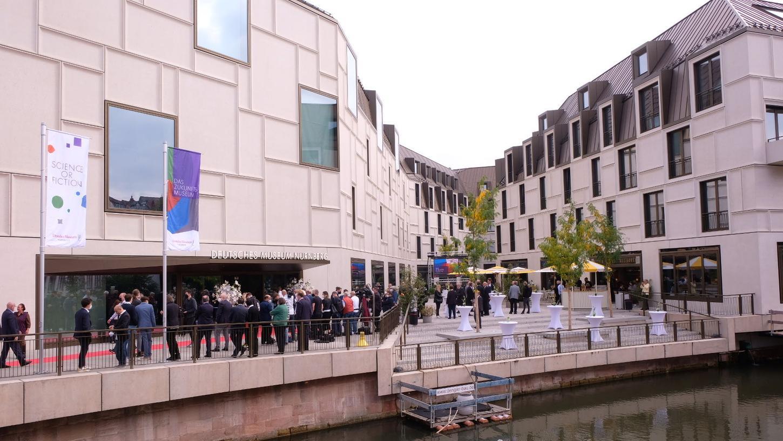 So also sieht die Zukunft ab jetzt von außen aus. Zumindest in Nürnberg an der Pegnitz. Aber der Flussist ja zum Glück geduldig.