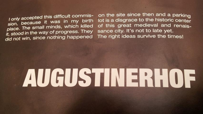 In den 1990er Jahren scheiterte ein kühner Entwurf von Stararchitekt Helmut Jahn für den Augustinerhof. Die Ablehnung in seiner Heimatstadt hinterließ Spuren, wie dieser ärgerliche Kommentar Jahns in einer Ausstellung im Neuen Museum Nürnberg zeigt.