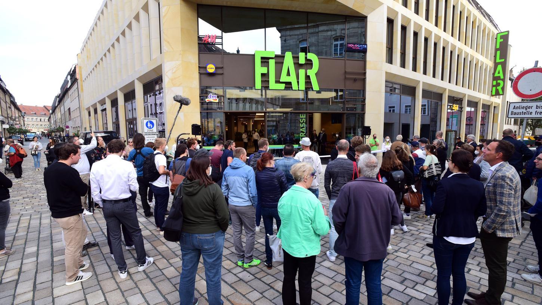 Vor dem Startschuss am Freitagvormittag hatten sich schon etliche Neugierige vor dem Flair-Eingang in der Hallstraße versammelt.