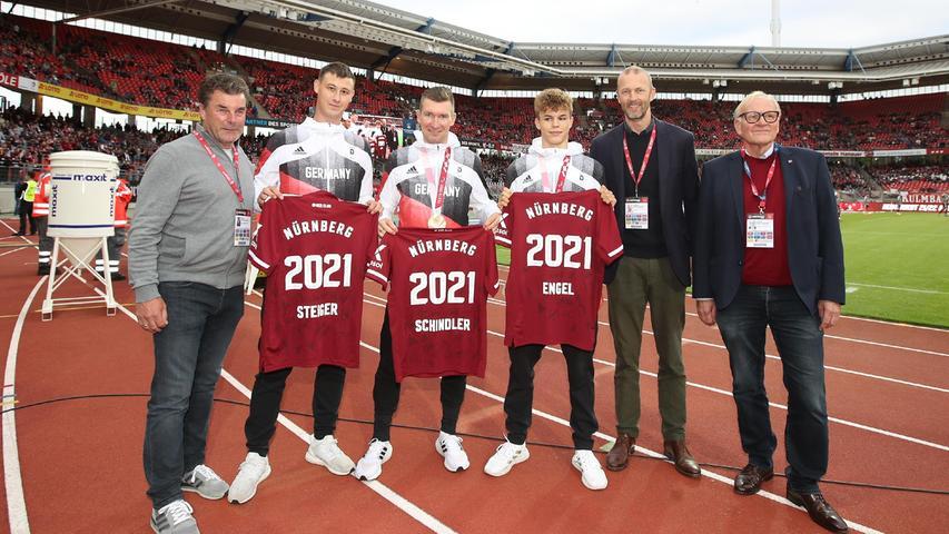 Vor der Partie ehrtder FCN die Paraolympioniken Thomas Steiger, Matthias Schindler und Taliso Engel.