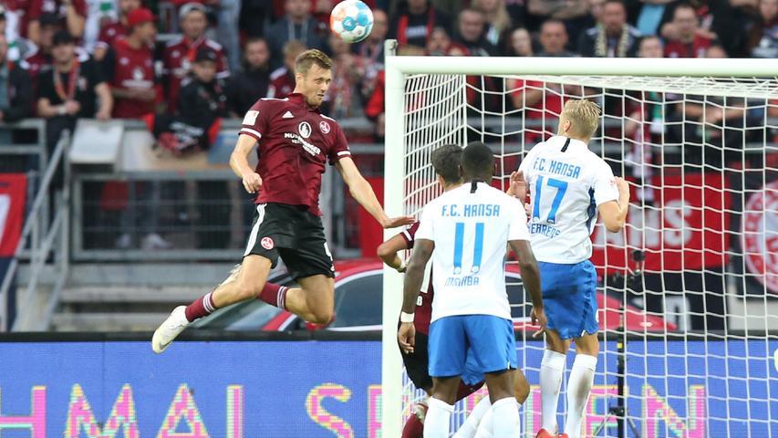Zumindest in der Defensive knüpft der Club an die zuletzt starken Leistungen an. Asger Sörensen entscheidet nahezu jedesLuftduell für sich.